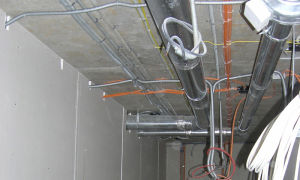 Монтаж электропроводки по потолку и способы её крепления