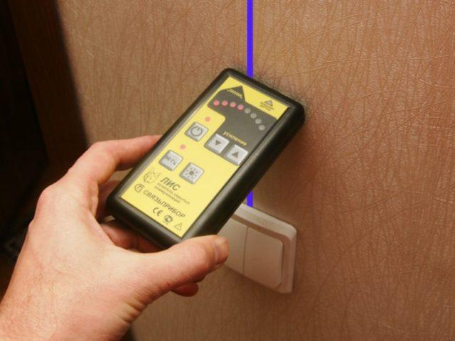 Прибор для обнаружения проводки в стене